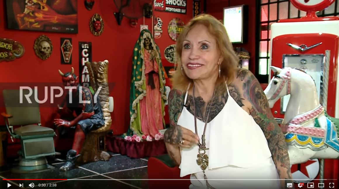 Susana ha iniziato a tatuarsi a 85 anni e oggi è piena..