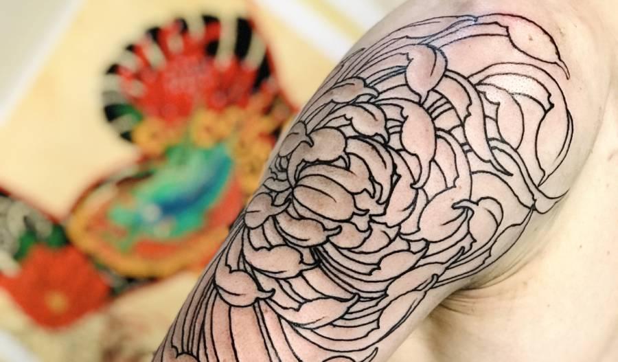 tatuaggio crisantemo BY LUKE RED TATTOO VERONA DOMEGLIARA